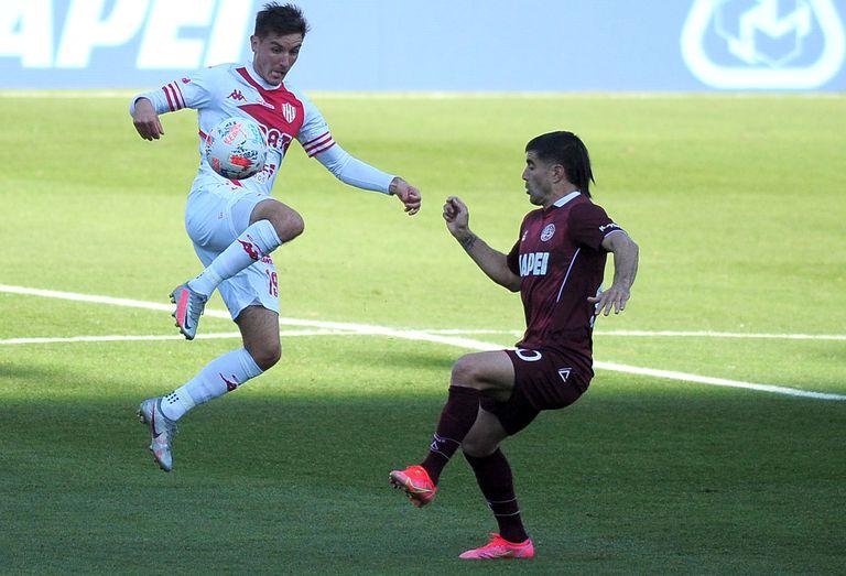 Mauro Pitton (Unión) intenta dominar la pelota ante la mirada de Víctor Malcorra (Lanús); el Granate igualó 1-1 con el Tatengue como local.