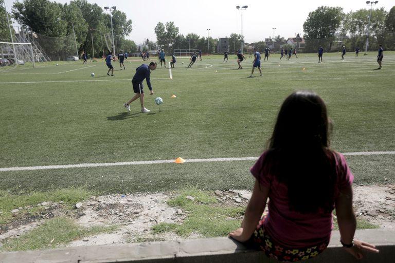 Centro Español se entrena en el club Huracán de San Justo, ante la mirada de los niños que asisten a la colonia de vacaciones