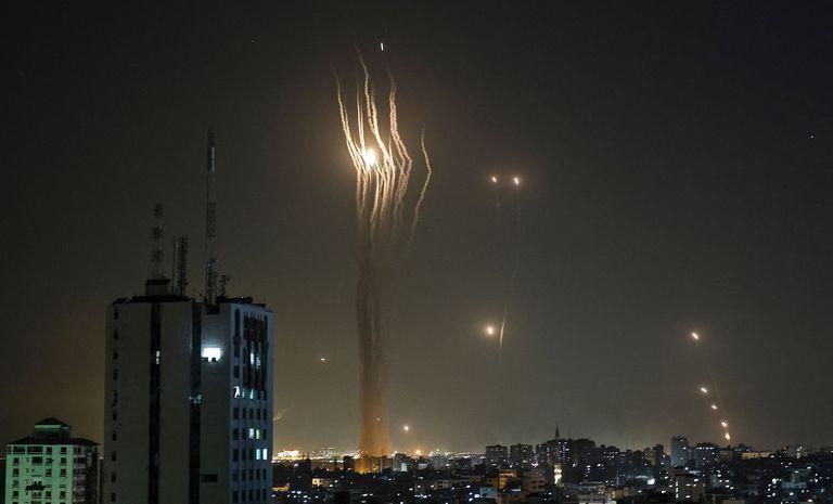Cohetes lanzados desde la Ciudad de Gaza por el grupo Hamas