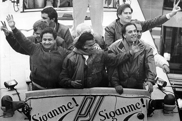 """Menem y Duhalde en la campaña """"Síganme"""", en 1989"""