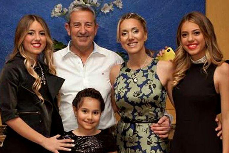 Julio Cobos junto a su nueva familia; a los 65 años será papá junto a Natalia Obón