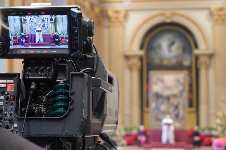 El Papa Francisco da su tradicional discurso para los augurios de Navidad para los miembros de la curia en el Vaticano
