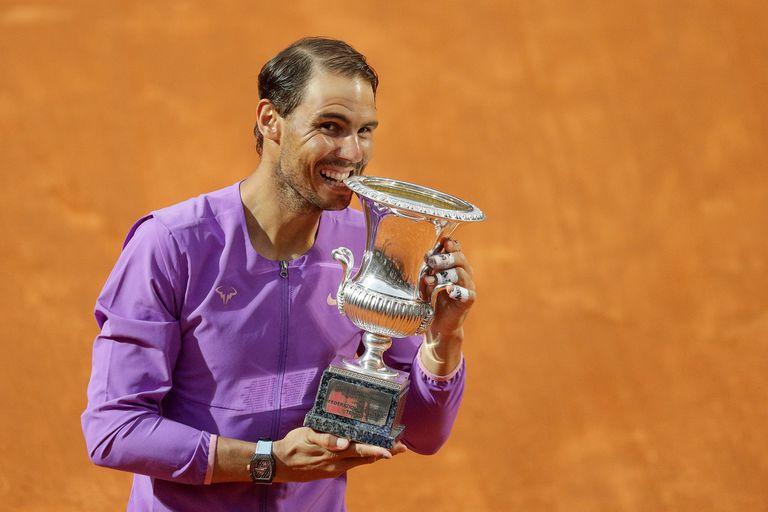 Rafael Nadal festeja con el trofeo luego de vencer a Novak Djokovic en la final del Abierto de Italia.