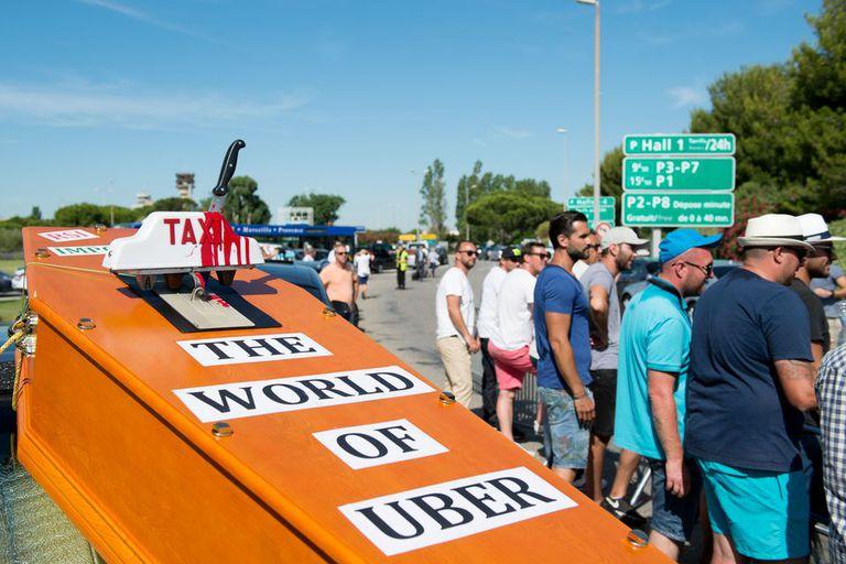 Taxistas en Marsella protestaron la semana pasada contra la presencia de Uber en Francia