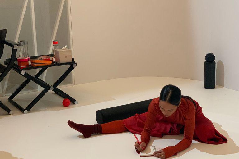 En una de las muestras performáticas, una mujer tomaba notas en su cuaderno