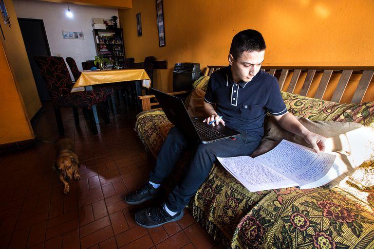 Mauro Bareiro estudia para sus clases