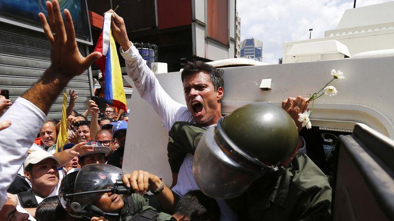 18 de febrero de 2014: Leopoldo López es detenido en Caracas y trasladado a la prisión militar de Ramo Verde, en las afueras de la ciudad