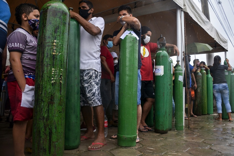 Familiares de pacientes infectados con Covid-19 hacen cola durante largas horas para recargar sus tanques de oxígeno en la empresa Carboxi en Manaos, estado de Amazonas, Brasil, el 19 de enero de 2021