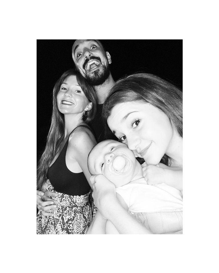 Abel Pintos junto a Mora Calabrese, la hija de ella y Agustín, el bebé que la pareja que nació en octubre de 2020.