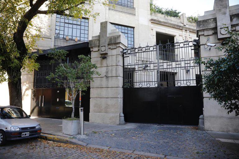 Frente del edificio donde Amado Boudou cumple su arresto domiciliario en la calle Feijoo 735 Barracas
