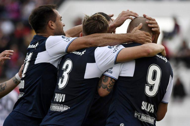Silva celebra uno de sus dos goles en Paraná