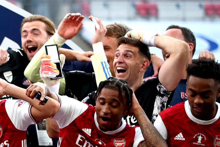 Emiliano Martínez, feliz: el arquero logró su primer título con Arsenal