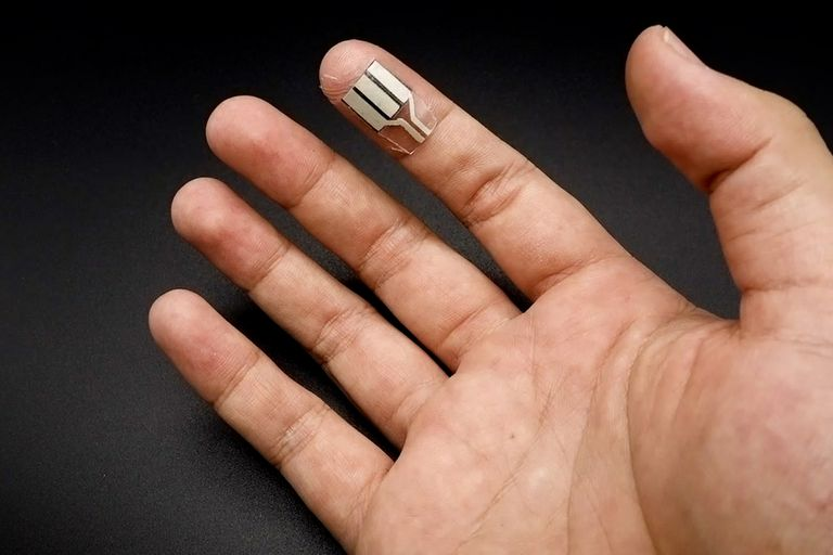 Esta pequeña tira flexible se adhiere a la yema de los dedos y genera energía suficiente para hacer funcionar a un smartwatch