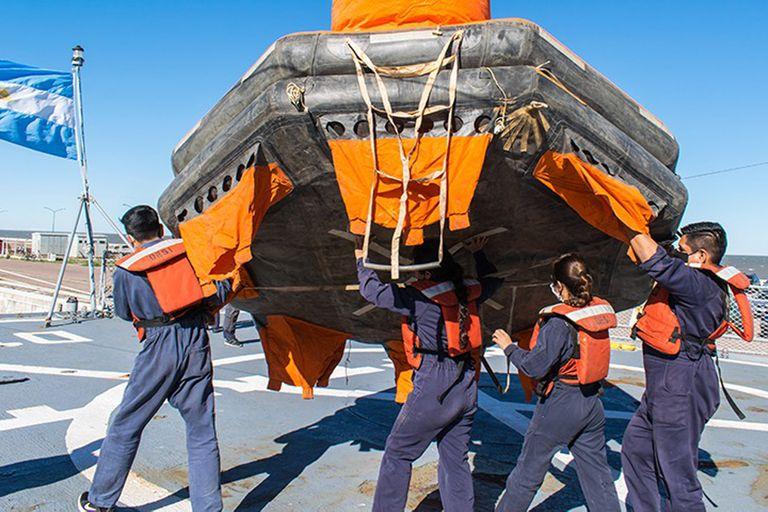 """En octubre de 2020, la dotación del ´buque Heroína realizó actividades de """"abandono y supervivencia"""" en la Base Naval de Puerto Belgrano"""