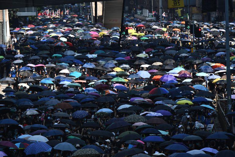 """Los manifestantes se vistieron de negro y llevaban paraguas en señal de luto por la """"muerte de la libertad"""" de Hong Kong"""