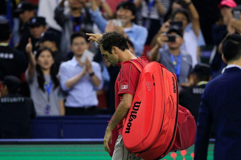 Federer se retira de la cancha después de haber perdido ante Zverev.