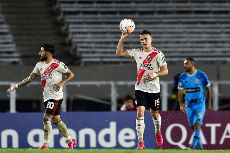 Festeja Borré, autor de dos goles en la noche vacía del Monumental