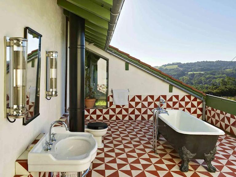 Uno de los baños aprovecha la faltante de techo original para obtener luz natural