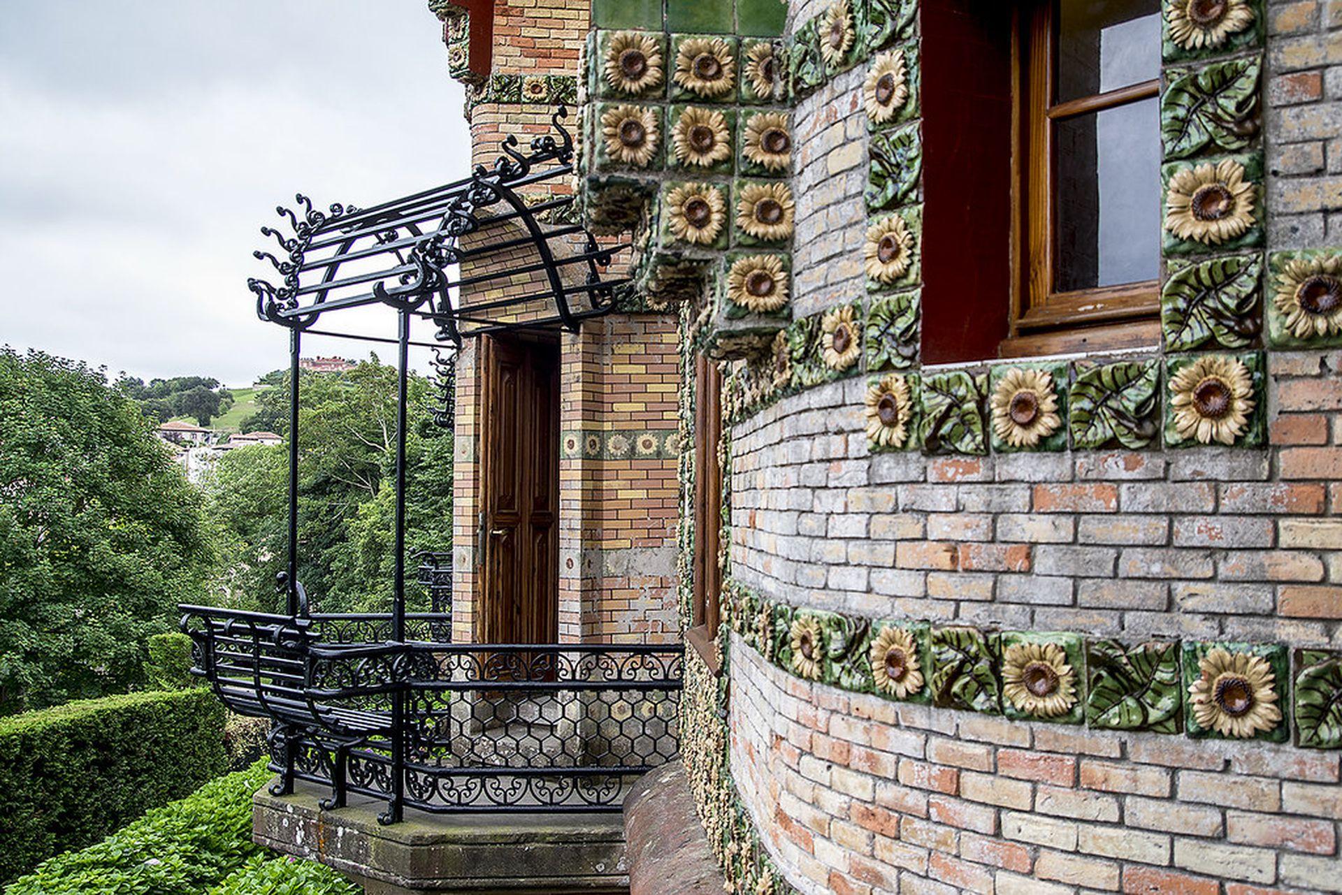 El orignal balcón de El Capricho, diseñado en hierro forjado con pérgola y asiento.