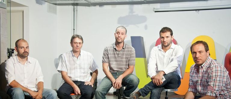 De izquierda a derecha, Nacho Prado, Juan Schwindt, Juan Melano, Andrés Saborido de Wayra Argentina y Diego Jolodenco durante el anuncio de la venta de ComentaTV a la empresa estadounidense Wayin
