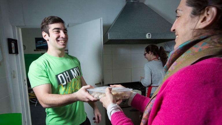 Después de entrenar, Franco D''Amato recibe la vianda saludable que le sirve para completar su rutina fit