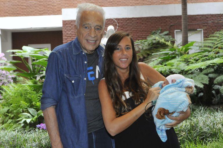 Alberto Cormillot y Estefanía Pasquini presentaron a su bebé a la salida del sanatorio