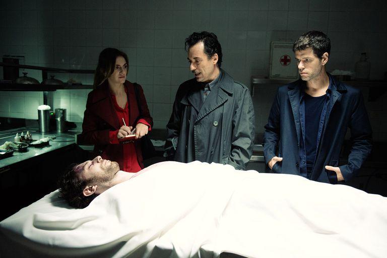 La pareja de periodistas recibe ayuda del perito forense Gregorio Trieste (Diego Velázquez).