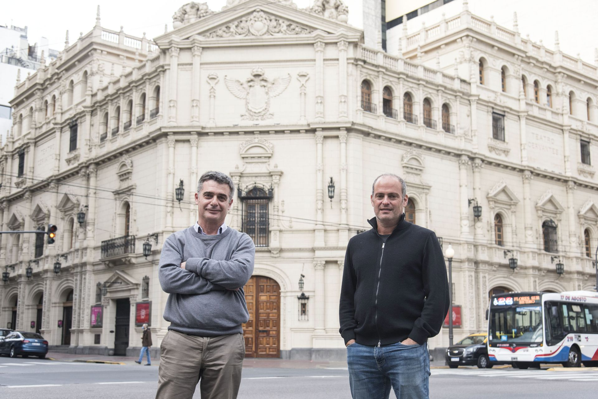 Rubén D'Audia, director general del Cervantes, y Sebastián Blutrach, encargado de la programación, en la puerta el edificio que fue declarado Monumento Histórico Nacional