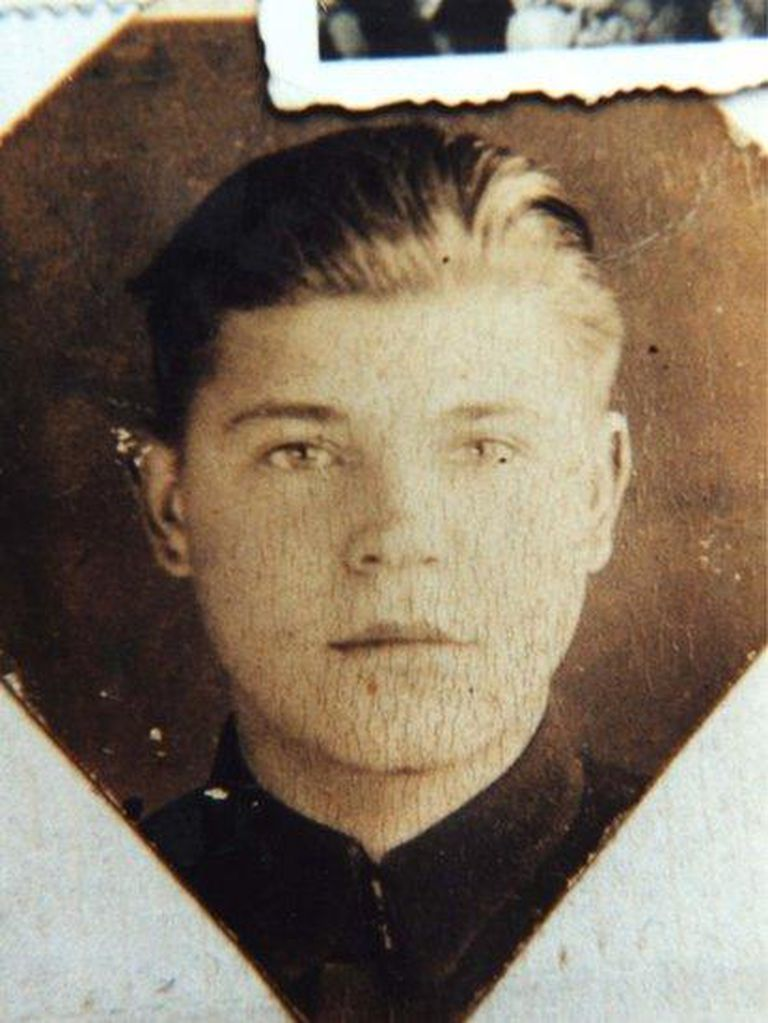 Chrzanowski siempre sostuvo que había trabajado como guardia de seguridad de los edificios municipales de Slonim, Polonia