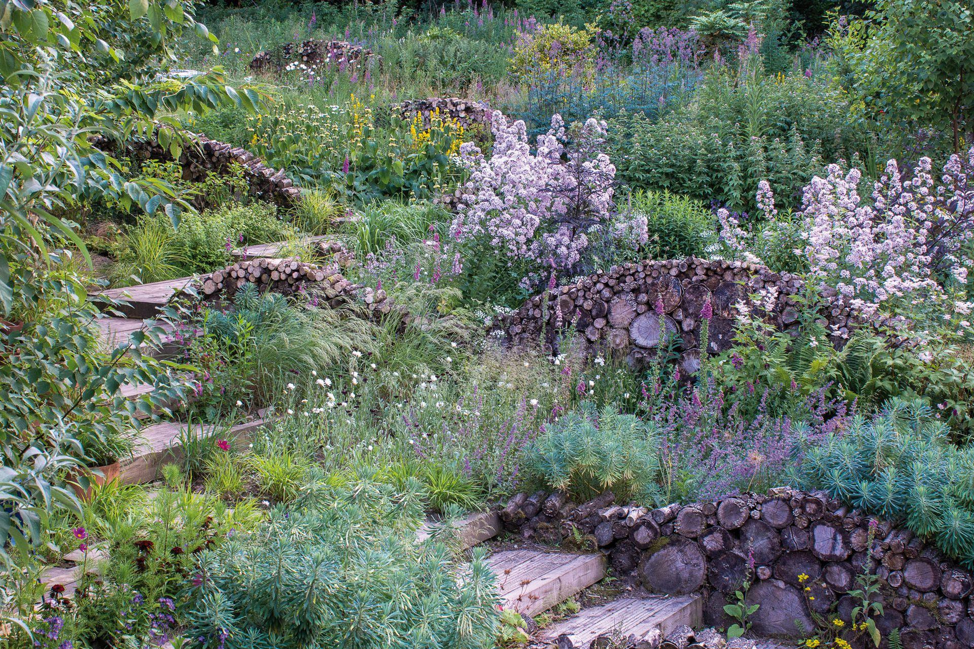 """""""A pesar de que la sustentabilidad y las funciones ecológicas son la base fundante de lo que hago -dijo Nigel Dunnett a Jardín, mi principal búsqueda es además crear una conexión emocional profunda con la gente al crear experiencias estéticas de belleza transformacional""""."""