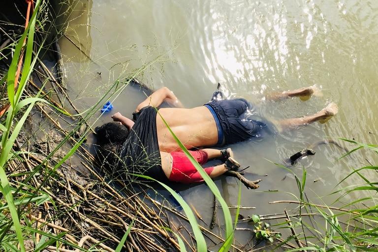 El cuerpo del salvadoreño Oscar Alberto Martínez Ramírez junto al de su hija Valeria, de casi 2 años, en la orilla del Río Grande
