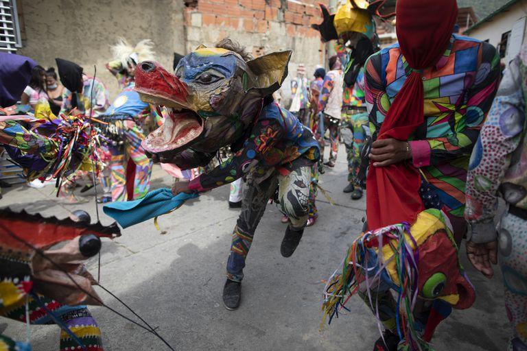 En fotos: demonios danzantes en las calles de Venezuela