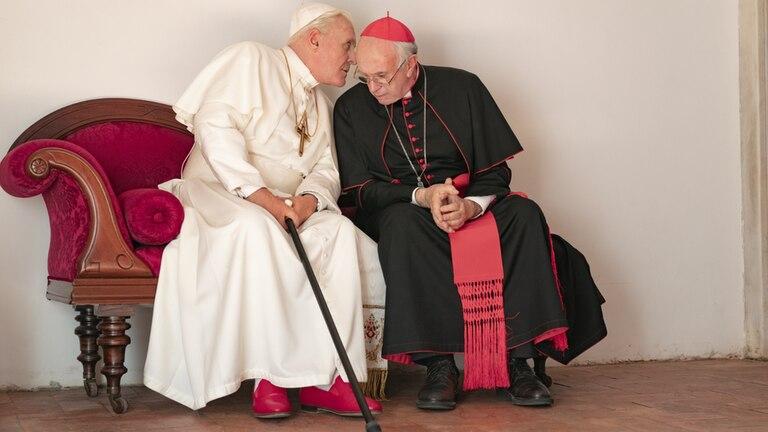 Anthony Hopkins interpreta al papa Benedicto XVI y Jonathan Pryce a Jorge Bergoglio.