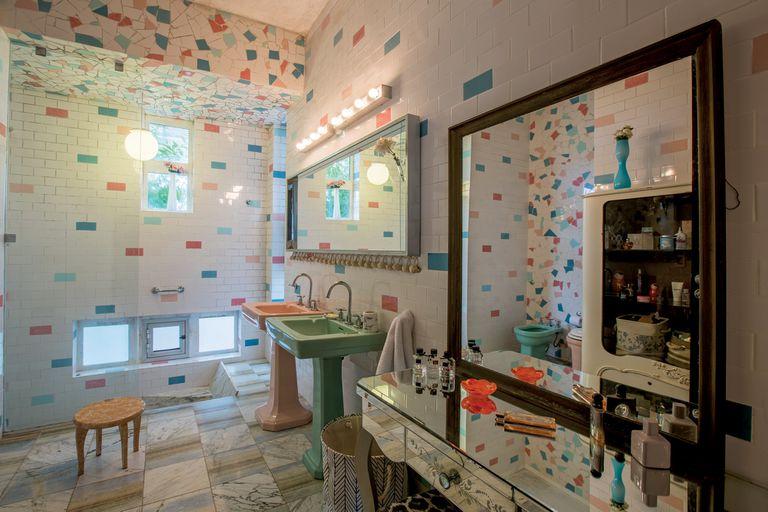 El baño de Paloma, con dos bachas para que se pueda preparar con amigas antes de salir a bailar.