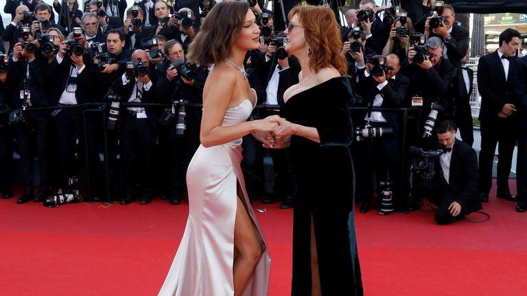 Bella Hadid junto a Susan Sarandon, en la alfombra roja