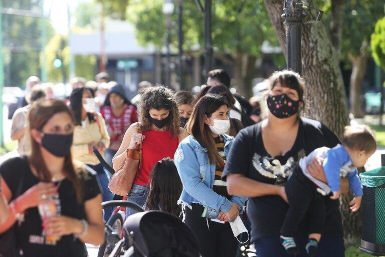 Más de 400 vecinos de la localidad de Ensenada se acercan a la plaza principal a renovar sus documentos, tras la iniciativa del gobierno de Axel Kicillof