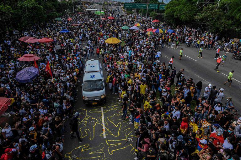 Los manifestantes permiten que pase una ambulancia durante una nueva protesta contra el gobierno en Medellín