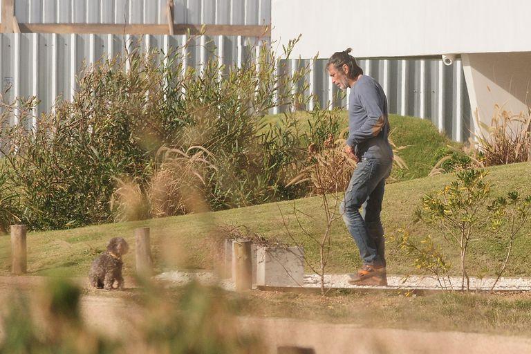 Nicolás acompaña a su caniche Allegra en su paseo de la mañana por el frente de la casa