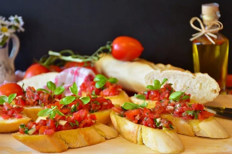 Bruschetta de tomate, ajo y albahaca