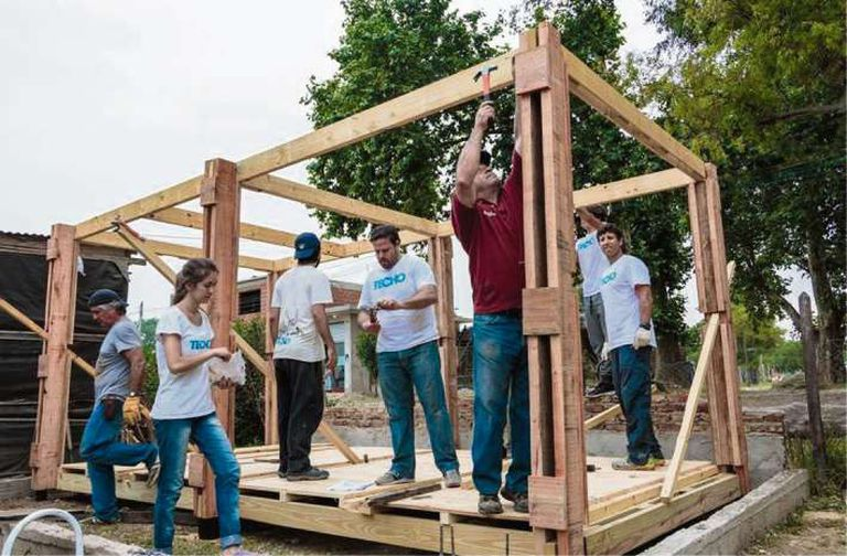 Voluntarios de Techo, en plena construcción