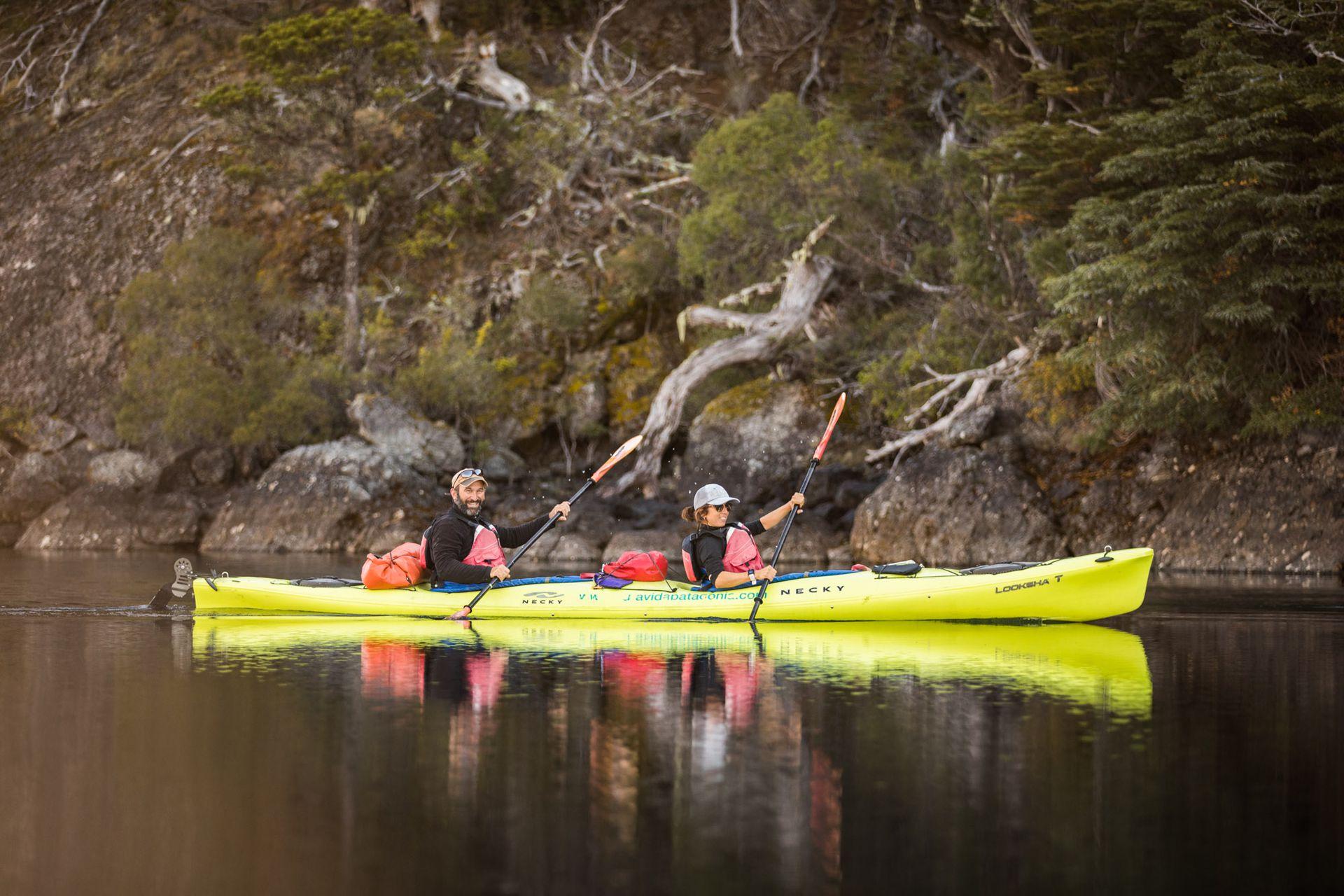 Los paseos en kayak por el lago Gutiérrez, entre las actividades destacadas que ofrecen en la estancia.