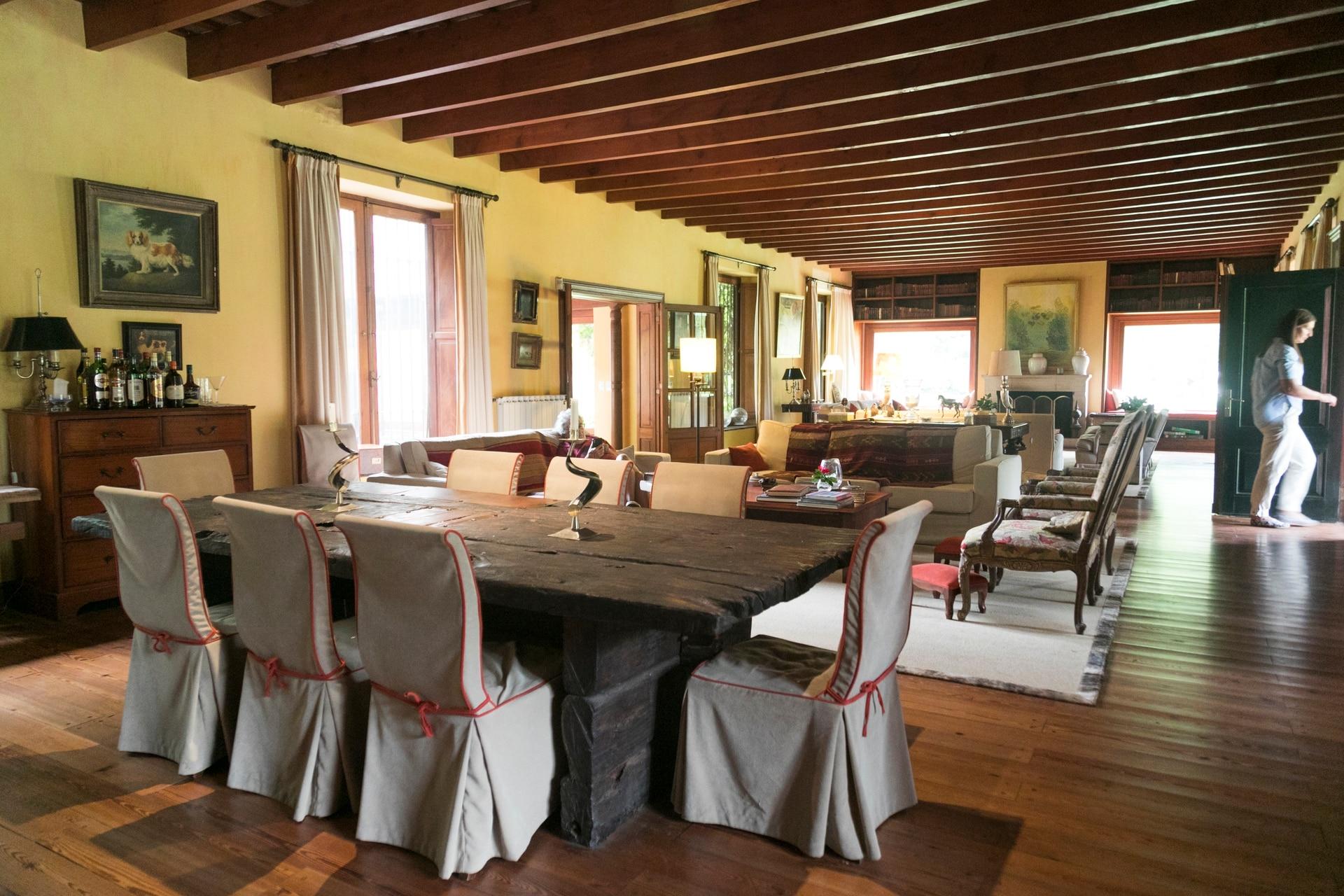 El living y comedor, decorados con calidez y confort, para sentirse como en casa.