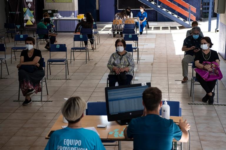 Chile hace ajustes en su plan de vacunación ante problemas inesperados