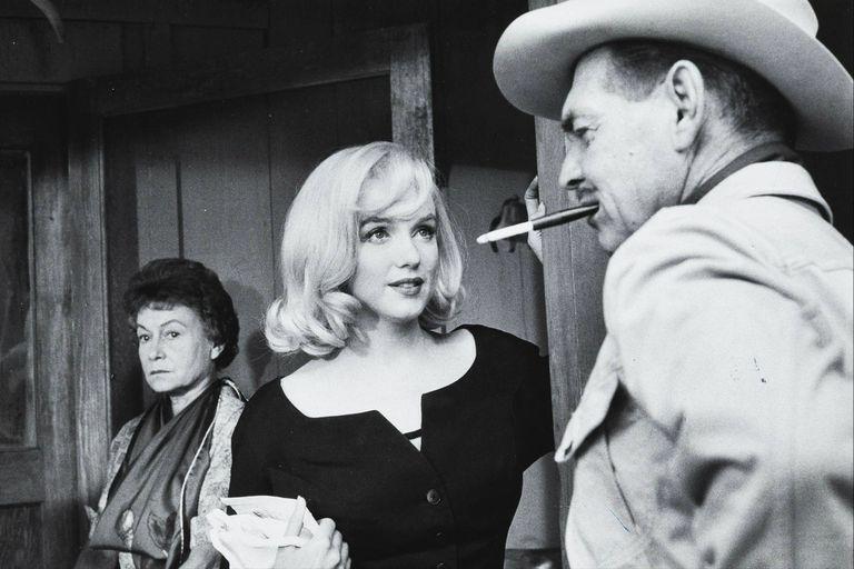 Otra de las imágenes del rodaje que muestran a Clark Gable y Marilyn Monroe en conversando, y a Thelma Ritter esperando detrás.