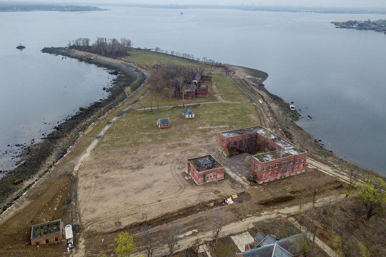 Coronavirus: impactantes imágenes de fosas comunes en NY, las fosas se encuentran en Hart Island, junto al Bronx