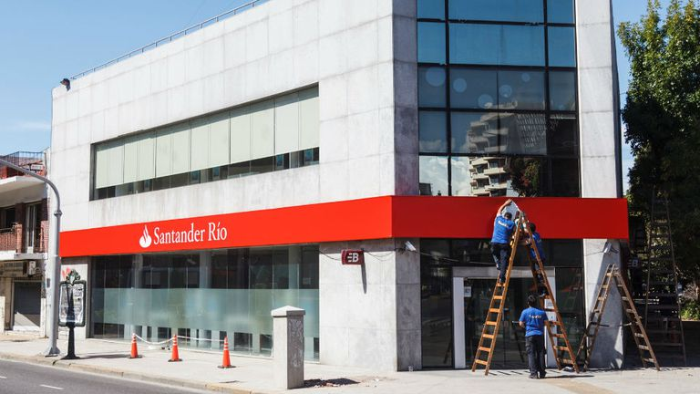 Una sucursal del Citi, sobre Avenida San Martín, ya luce los colores del Santander Rio.