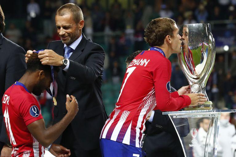 Griezmann besa otra copa, ahora la Supercopa europea