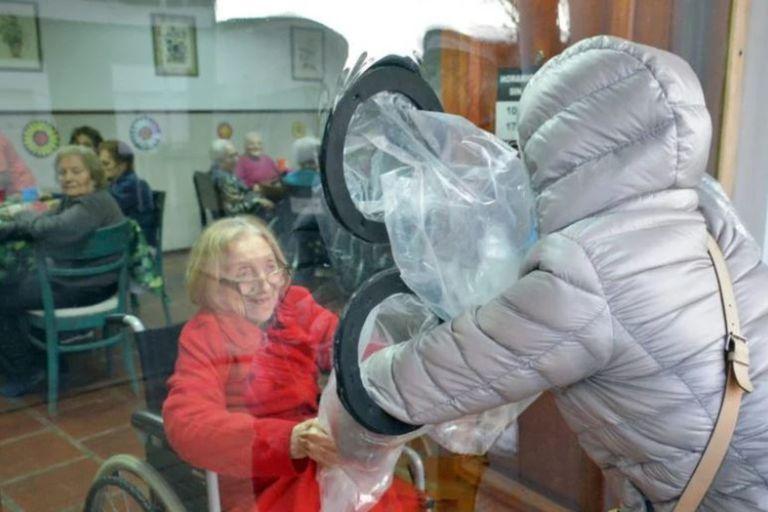 Un geriátrico de Tandil podría ser multado con una millonaria multa por permitir el encuentro de los abuelos y abuelas con sus nietos unos pocos minutos (Fuente: La Voz de Tandil)