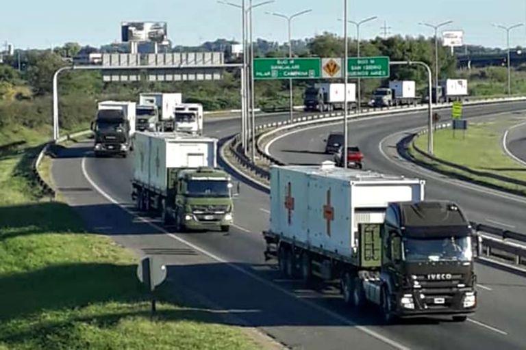 Varios camiones transportan por la autopista los containers del Hospital Militar Reubicable