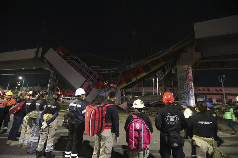 Bomberos y rescatistas que trabajan en la zona del la tragedia
